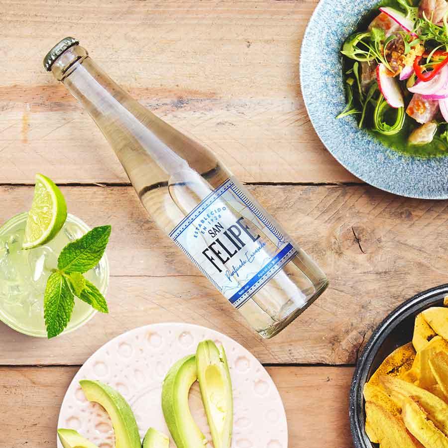 Botella-en-mesa-con-comida.jpg